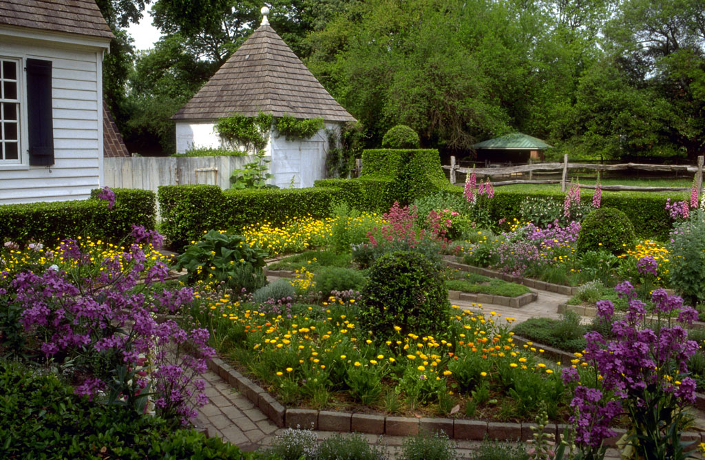 Colonial williamsburg gardens for Colonial landscape design