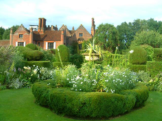 Chenies manor house and gardens for Manor house landscape lighting