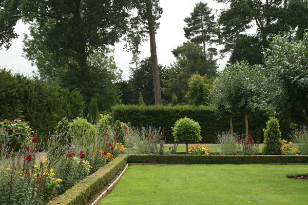 Hanbury Manor Hotel Garden Pigsaw