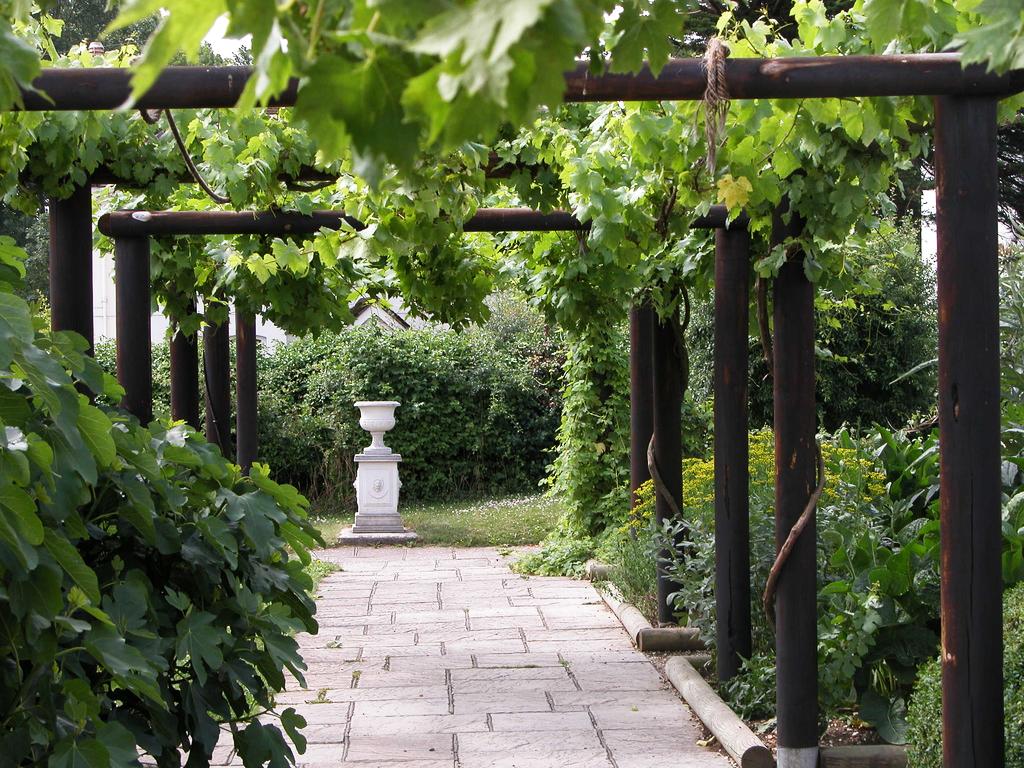 Fishbourne roman palace garden for Garden designs for medium gardens