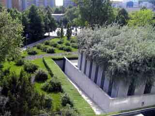 Jewish museum garden1