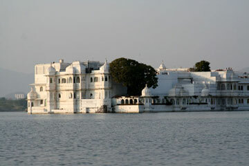 Udaipur lake palace garden1
