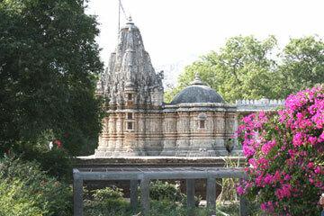 Ranakpurjaintemplegarden1